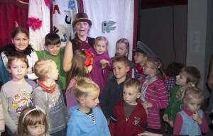 Po spektaklu Ewa Zielińska zaprosiła na scenę dzieci.../ Fot. Małgorzata Bugaj-Martynowska